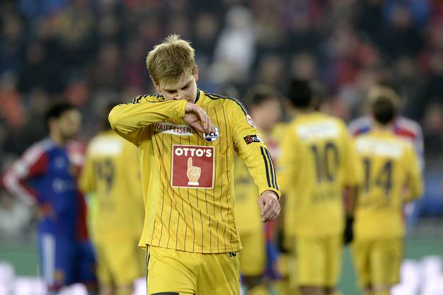 Florian Stahel verlaesst das Spielfeld nach seiner roten Karte