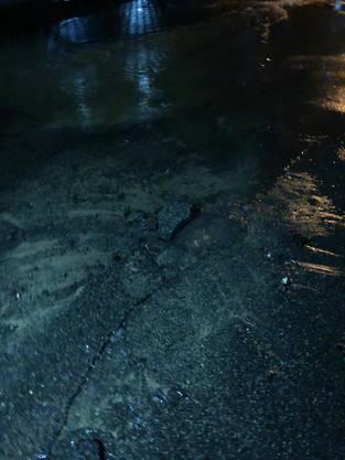 Der Boden in der Hofackerstrasse wurde regelrecht vom Wasser gesprengt.