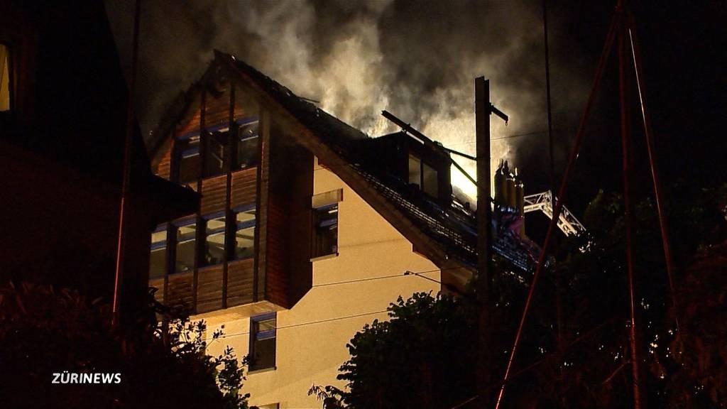 Blitzeinschlag löst Hausbrand in Wädenswiler Mehrfamilienhaus aus