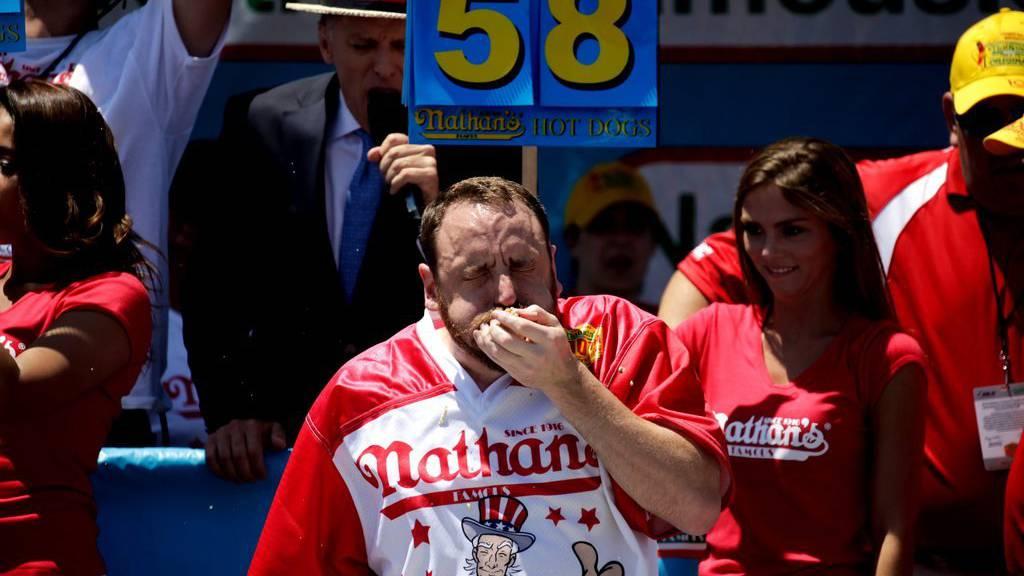Der Champion Joey Chestnut beim Nathan's  International Hot-dog-Contest in New York.