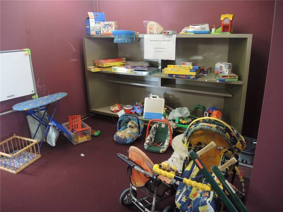 In einem der Räume der Stadtbibliothek Baden werden Brettspiele, Puppen, Kinderwaschbrette und andere diverse Spielsachen verkauft.