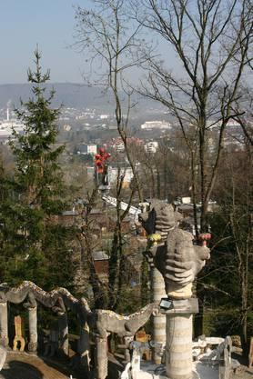Arbeitsort und Aussichtsturm: Von der Hebebühne aus überblicken die Arbeiter das Limmattal.