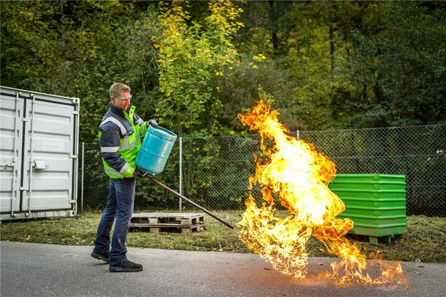 Propan, das für Gasgrills verwendet wird, ist flüssig, schwer – und leicht brennbar, wie das Experiment zeigt.