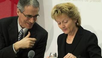 Bundesrätin Eveline Widmer-Schlumpf und Serge Gaillard, Direktor der Eidg. Finanzverwaltung, an einer Medienkonferenz in Bern zur Rechnung 2012