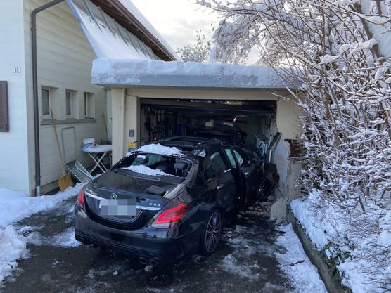 Brugg AG, 15. Januar: Ein junger Autofahrer krachte aus noch ungeklärten Gründen in eine Garage. Den Führerausweis ist er los.