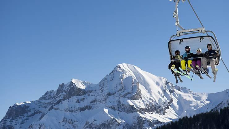 Mit der Tageskarte schon am Vortag auf die Piste: Die Schweizer Skigebiete und die Branchenorganisation Schweiz Tourismus versuchen mit neuen Angeboten wieder mehr Leute auf die Skipiste zu locken. (Archivbild)