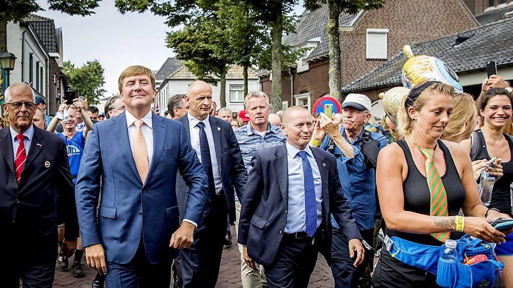 Der niederländische König Willem-Alexander (2. v.l.) marschiert voll motiviert beim Wander-Marathon mit.