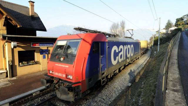 Ein Güterzug auf der Strecke von Cadenazzo nach Luino (Archiv)