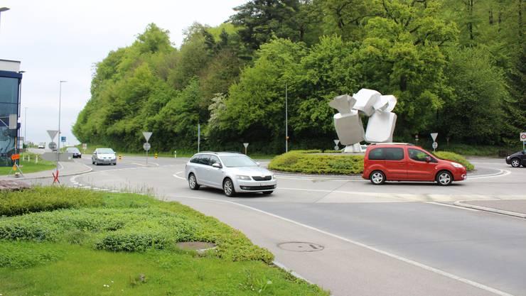 Beim «Jakob-Kreisel» kam es zur Kollision, als ein VW-Bus von der inneren Spur über die Sicherheitslinie nach aussen zog.