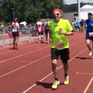 Nicola Bomio ist erledigt nach 18 Kilometer Joggen bei 33 Grad