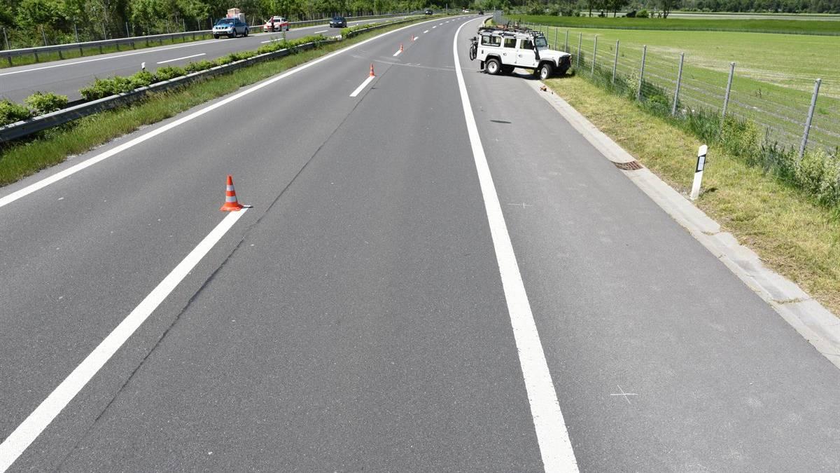 Auf der Autobahn A13 in Zizers hat am Freitag ein Fahrzeuglenker einen Teil seiner Ladung verloren. Eines der ihm folgenden Fahrzeuge geriet beim Versuch der verlorenen Ladung auszuweichen auf die Gegenfahrbahn.