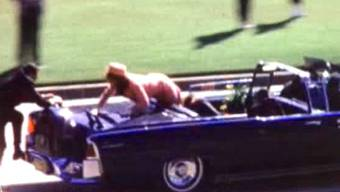 Aus dem Film: Kurz nachdem JFKs Kopf explodierte: Präsidenten-Gattin Jackie klettert aufs Heck. Screenshot