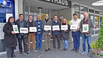 Die Unterschriften wurden an Stadtschreiber Markus Dietler übergeben (3. von links).