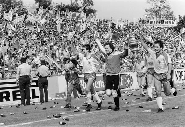 Sion-Spieler Georges Bregy, Alain Balet und Lopez, von links nach rechts, feiern den Sieg.