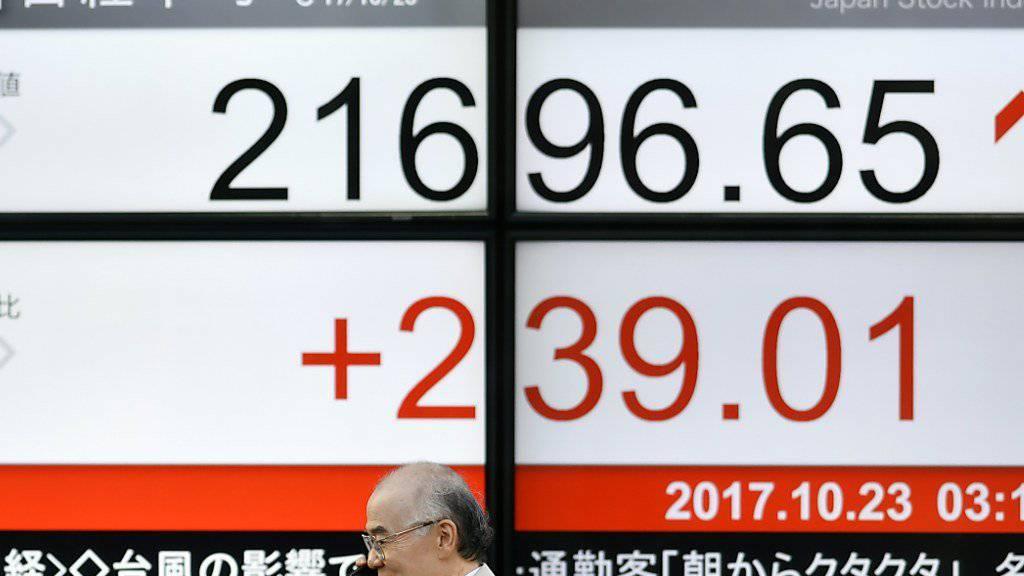 Anzeigetafel mit Börsenkursen in Tokio: Der Leitindex Nikkei markierte zum Wochenstart auf dem höchsten Stand seit mehr als 20 Jahren.