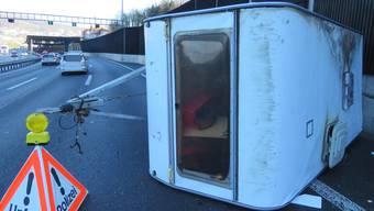 Der gekippte Wohnwagen auf der A1 bei Neuenhof.