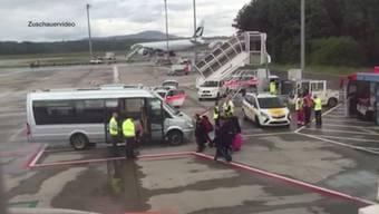 Sekunden-Schreck für eine Tele M1-Zuschauerin am Flughafen Zürich. Der Bus der sie zum Flugzeug hätte bringen sollen, prallt mit einem Schlepptraktor zusammen.
