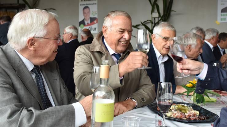 Prost! Die Alt-Bundesräte Christoph Blocher und Adolf Ogi stossen mit ehemaligen Parteikollegen auf das Wiedersehen an. Zum Weissen gibt es ein kaltes Plättchen mit Wurst und Käse.