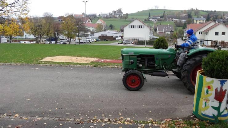 Herznach könnte eine Begegnungszone für Jung und Alt schaffen und den Sportplatz (im Hintergrund) samt der Kirchstrasse (hier ist gerade ein Traktor unterwegs) darin integrieren. chr