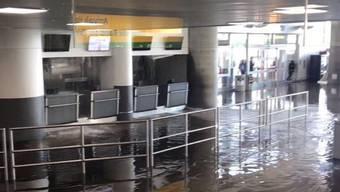 Das Terminal 4 des Flughafens JFK steht unter Wasser.