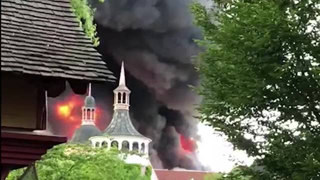 Im Europapark in Rust brennt es, dichte schwarze Rauchwolken steigen auf.