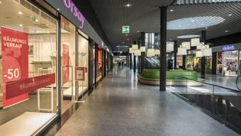 Nicht einmal der Räumungsverkauf kann Kunden ins Stücki locken: Neben Orsay schliessen auch andere Läden.