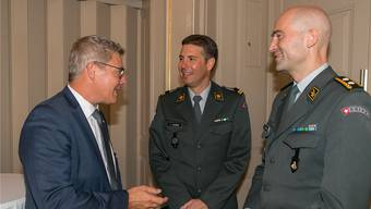 Landammann Roland Fürst (links) und SOGART-Präsident Oberstlt i Gst Florian Federer (Mitte) lassen sich vom designierten Chef der Armee, Divisionär Thomas Süssli, die Cyberbedrohung erklären.