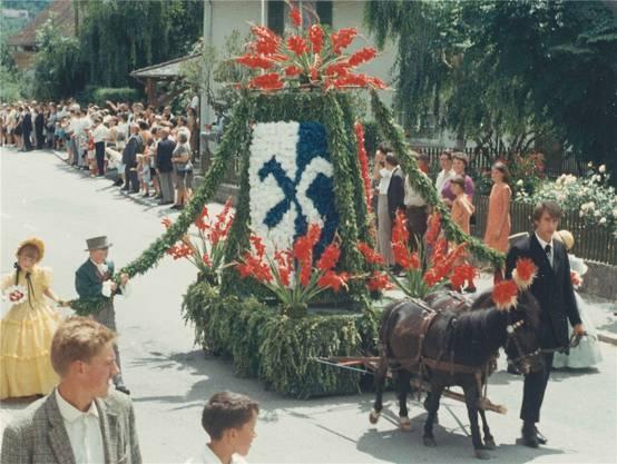 Der Festzug zieht am Sonntag, 7. Juli 1968, als Höhepunkt der 1000-Jahr-Feierlichkeiten durch die Strassen von Matzendorf. zvg
