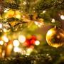ARCHIV - Eine goldene Kugel hängt an einem Weihnachtsbaum. Foto: Friso Gentsch/dpa