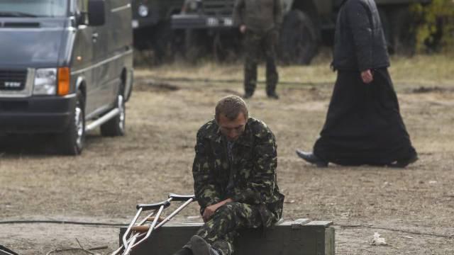 Ein verletzter ukrainischer Soldat in einem Lazarett bei Lugansk