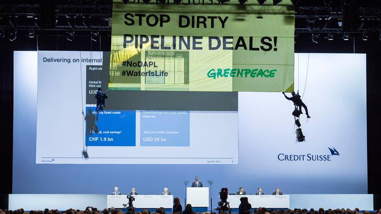 An der Generalversammlung der Credit Suisse im April 2017 hatten sich Aktivisten von Greenpeace mit einem Banner von der Decke abgeseilt.