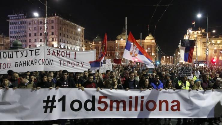 Tausende forderten am Samstag in Belgrad an einer Kundgebung faire Rahmenbedingungen für Wahlen. Sie werfen dem öffentlich-rechtlichen TV-Sender eine Bevorzugung des amtierenden Präsidenten Vucic vor.