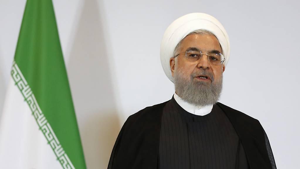 Irans Präsident Ruhani hat angekündigt, dass sein Land ab Freitag weitere Abmachungen des Atomabkommens nicht weiter einhalten wird. Die Vertragspartner des Abkommens hätten zwei Monate Zeit, den Deal vertragsgerecht umzusetzen. Dann werde auch der Iran das Abkommen wieder einhalten. (Archivbild)