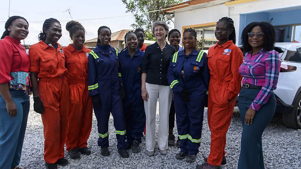 Bundesrätin Simonetta Sommaruga in Ghana mit jungen Frauen, die sich im Unternehmen Solartaxi zu Mechanikerinnen ausbilden lassen und Elektrofahrzeuge bauen.