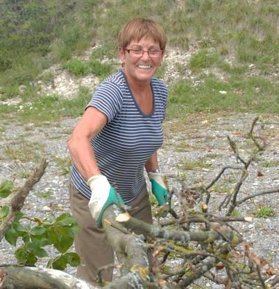 «Ich helfe zum ersten Mal mit. Ich habe Zeit und es gefällt mir. Ich bin die einzige Frau hier, für viele ist die Arbeit im Wald wohl zu streng.»