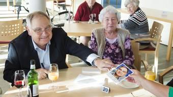 Jörg Schneider am käffele und Autogramme verteilen im Alterszentrum Mellingen-Wohlenschwil