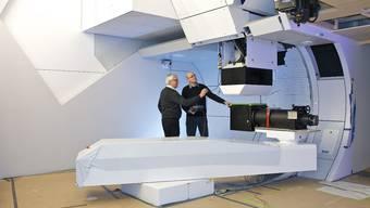 Die PSI-Forscher Eros Pedroni und David Meer an der Gantry 2.