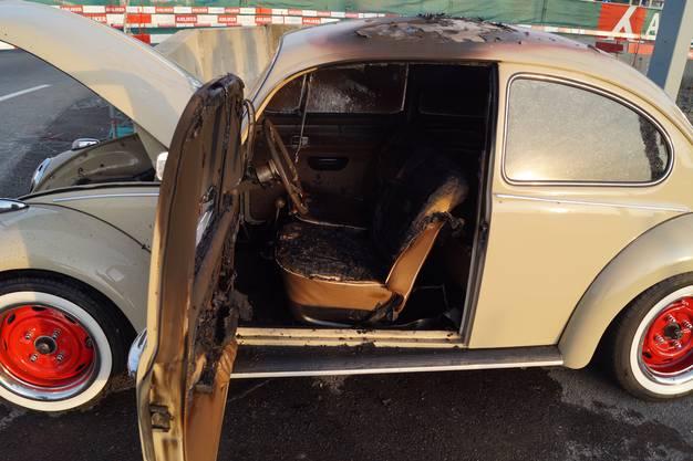 Baar ZG, 14. September: Am Samstagabend geriet auf der Zugerstrasse in Baar ein Fahrzeug in Brand. Verletzt wurde niemand. Das Fahrzeug erlitt vermutlich einen Totalschaden.