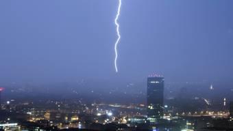 Ein Bild, das den diesjährigen Juli gut veranschaulicht: Viele Gewitter zogen in den vergangenen Wochen durch die Schweiz. (Archivbild)