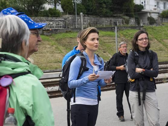 Maria Brehmer begrüsst die Wanderschar