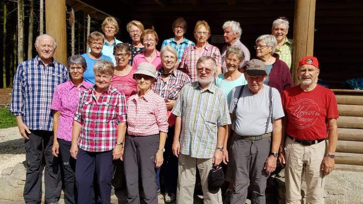 Gruppenfoto vor der Scheuerhof Waldhütte