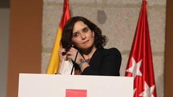 Isabel Diaz Ayuso, Regionalpräsidentin von Madrid, nimmt vor einer Pressekonferenz den Mundschutz ab. Foto: M.Fernandez. Pool/EUROPA PRESS/dpa