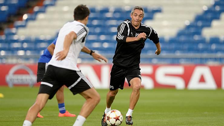 Auch der Trainer mit vollem Einsatz: Paulo Sousa beim Training am Montag im Estadio Santiago Bernabéu.