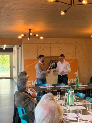 Verdankung des Geschäftsführers des Sportparks Bünzmatt, Christian Meier, durch Parteipräsident Harry Lütolf