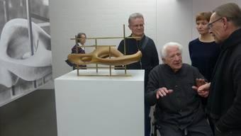 Gespräch unter Kunstkennern: von links Hanspeter Schiess, sitzend Erwin Rehmann, Sabine Hahn und Roland Scotti.