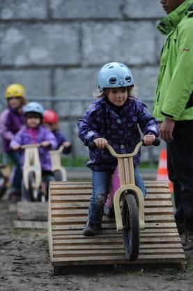 Die Kleinen auf dem Laufrad-Rundkurs