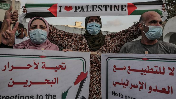 Palästinenserinnen und Palästinenser protestieren in Gaza Stadt gegen den israelisch-arabischen Schulterschluss.