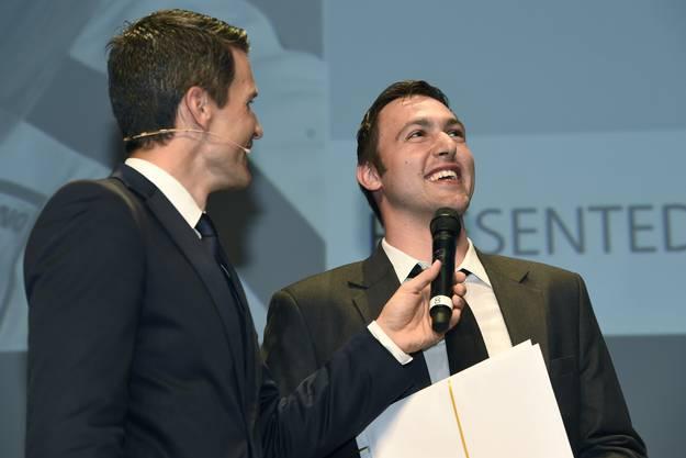 Marcel Hess, Pfadi Winterthur (rechts), der zum MVP gewählt wurde im Gespräch mit Moderator Päddy Kälin.