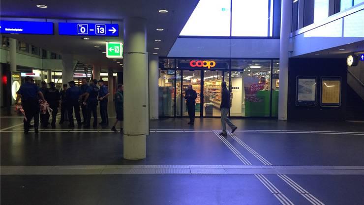 Nach einer Bombendrohung gegen die Coop-Filiale am Bahnhof Aarau sperrte die Polizei die Unterführung – nach einer Stunde gab es Entwarnung. ZVG