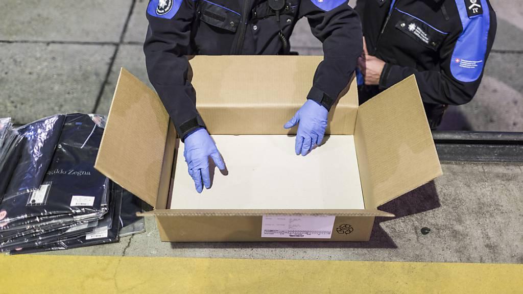 Mitglieder der Schweizer Grenzwache überprüfen ein verdächtiges Paket. 2020 wurden viel mehr Markenfälschungen entdeckt als das Jahr zuvor. (Symbolbild)
